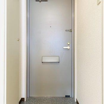 玄関スペースもシンプルに。(※写真は9階の同間取り別部屋のものです)