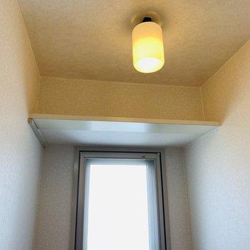 上部には収納もありますよ。(※写真は9階の同間取り別部屋のものです)