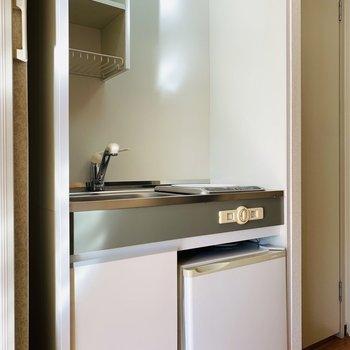 キッチンスペース。下には小さめの冷蔵庫が。(※写真は9階の同間取り別部屋のものです)
