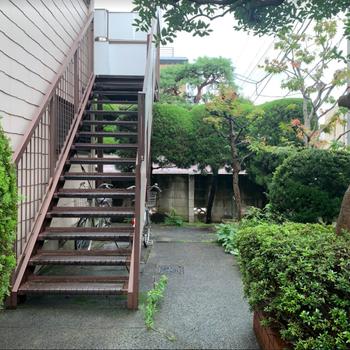 こちらの階段で2階へ。それにしても緑が沢山で良いですね。