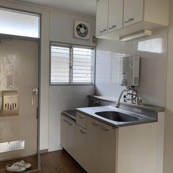 【工事前】キッチン側にも小窓があります。工事後は洗濯機置場横になります。