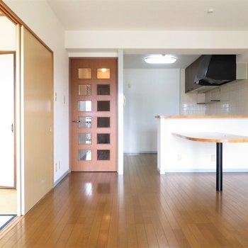 キッチン前にはカウンターテーブルもついています(※写真は5階の同間取り別部屋のものです)