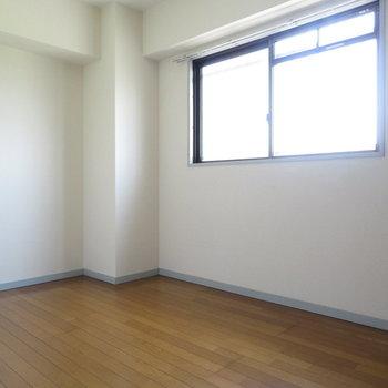 約5帖の洋室(※写真は5階の同間取り別部屋のものです)
