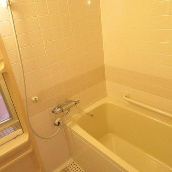 お風呂はタイル調に(※写真は5階の同間取り別部屋のものです)