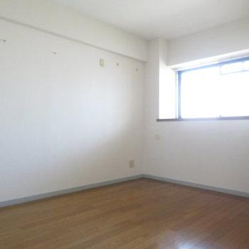 洋室は約6帖と(※写真は5階の同間取り別部屋のものです)
