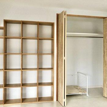 クローゼットは容量あります。オープンシェルフにはお気に入りを並べて。
