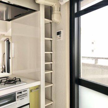 キッチン横には細長い棚付き。調味料など収納してもいいですね!
