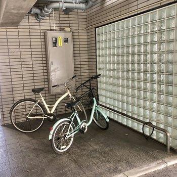 自転車はマンション下に。雨風しのげます。