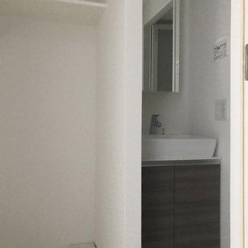 振り返るとサニタリースペースがあります※写真は4階の反転間取り別部屋のものです