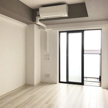 テレビは左の角に※写真は4階の反転間取り別部屋のものです