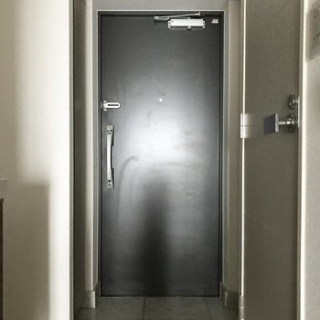 左側に玄関収納があります※写真は4階の反転間取り別部屋のものです
