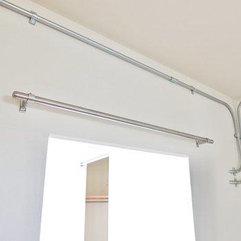 リビング・キッチン・玄関の間にパイプがあるので、カーテンを引いてプライバシーの確保もできます。