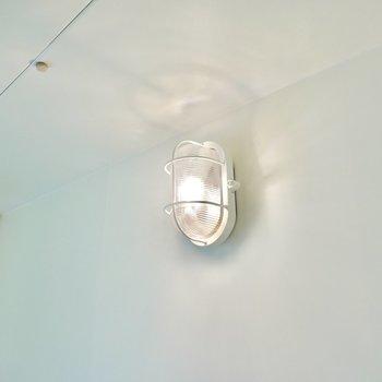 こちらの照明もマリンランプ風。ちょっとしたこだわりが嬉しいですね。