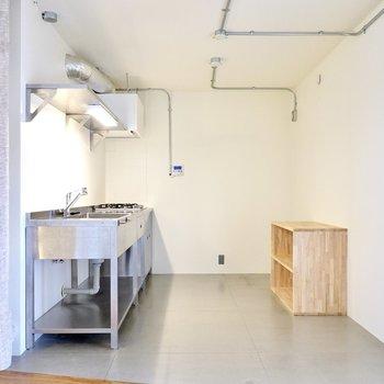 白いキッチンマットを敷いて色のバランスを整えるのも良いですね。