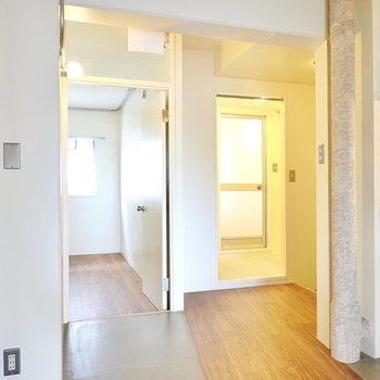 廊下の終点には玄関と脱衣所、洋室が集結。