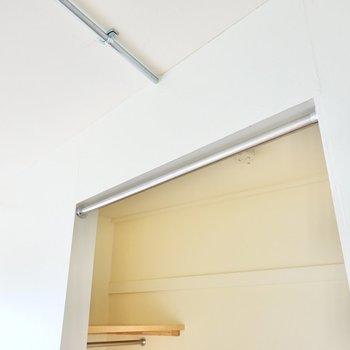 扉はありませんがカーテンを引けるので見せることも隠すこともできます。