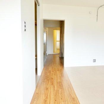 斜めの廊下の先にはキッチンスペース。