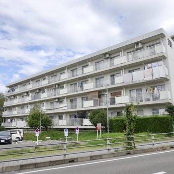 「鳴海団地」の中にある鉄筋コンクリート造の4階建てマンションです。