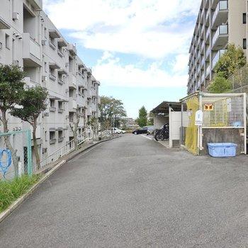 玄関を出た先には駐車場・駐輪場・敷地内ゴミ置き場が集まっています。