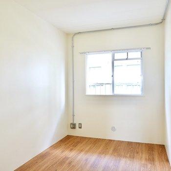 洋室は4.5帖。北向きの落ち着いた光で寝室や書斎にピッタリ。