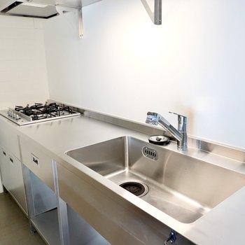 作業スペースたっぷりだから、ふたりで料理もできますね。しかもコンロはなんと4口!