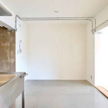 反対側にもスペースが。木目の天板にアイアン脚のテーブルでインダストリアルなダイニングに。