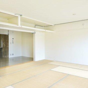 クッションソファやアウトドアチェアなど低めの家具で揃えれば、開放感もさらにアップ!