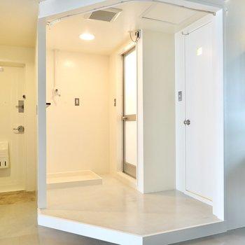脱衣所は洗面台の隣に。洗濯機置場があり、収納も追加で置ける広さです。