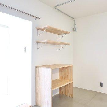 背面側には冷蔵庫置場と造作の収納。ブラックやステンレスのキッチン家電が似合いそう。
