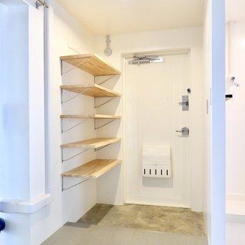 玄関は脱衣所とキッチンの間に。間口が広く、荷物の出し入れがラクになりそう。