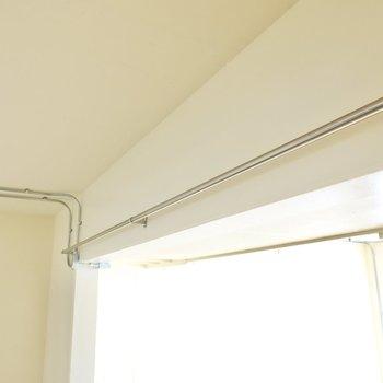 和室・キッチン・玄関の間にパイプがあるので、カーテンを引いてプライバシーの確保もできます。