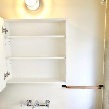 鏡の裏は収納に。タオルバーもあるのでスッキリとした洗面台周りが叶います。