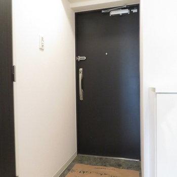 玄関は広くもなく狭くもなく(※写真は5階の同間取り別部屋のものです)
