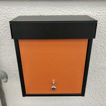 オレンジポストが玄関出てすぐ横にありますよ。