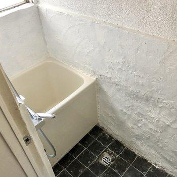 コンパクトですが色合いが素敵なバスルーム。窓開けると共用廊下でした。
