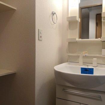 独立洗面台のある喜び。左の棚、これは使えるな〜!(※写真は13階の同間取り別部屋のものです)