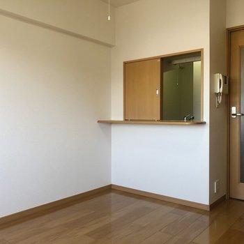 キッチンのカウンターがかわいい。(※写真は13階の同間取り別部屋のものです)