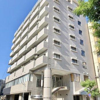 1階は会社さんが入っています。9階建ての大きなマンション。