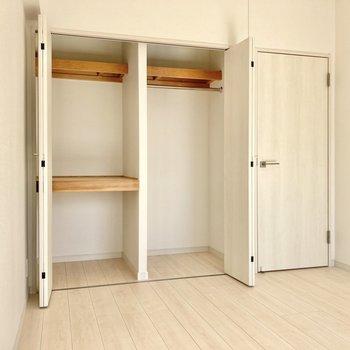収納はこちら!コート類は右側に、棚は収納ボックスを使い分けましょう。