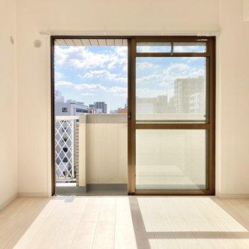 窓からは青空。8階だから空にも近いんだなぁ。