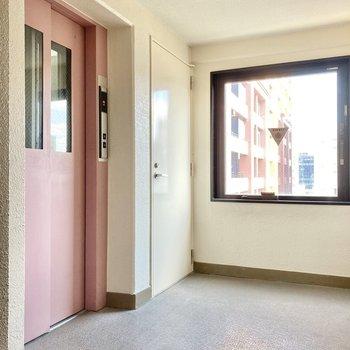 エレベーターは可愛い桃色。共用部の窓が大きくて、外の景色も見れます。