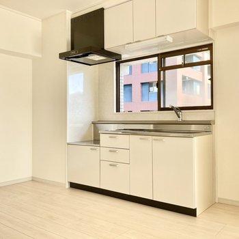 キッチンにも窓があるのはポイント高め。換気もしっかりできそうだ。