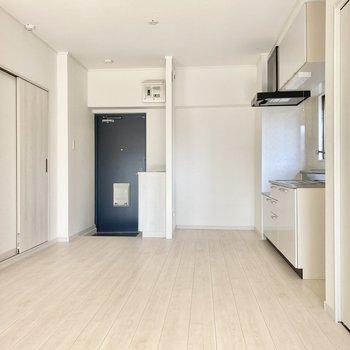 玄関開けるとすぐリビング。真っ白な空間が気持ちがいいです。