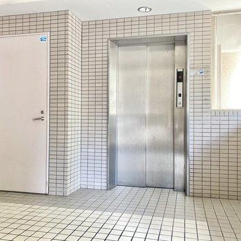 エレベーターで8階まで移動しましょう。