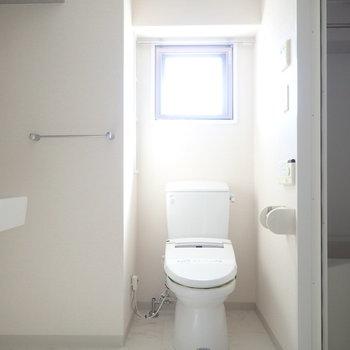 小窓からの光が眩しい!ウォシュレットつき。