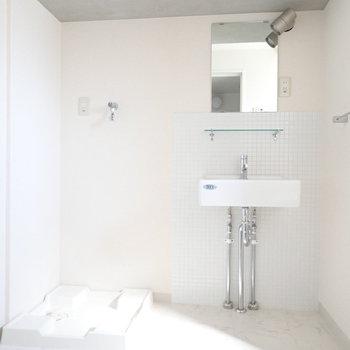 脱衣所は広さがゆったり。洗面台と洗濯機の上はコンクリート打ちっぱなし!