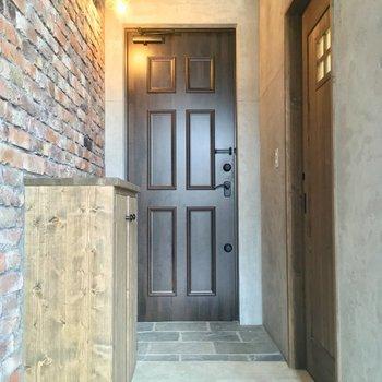 玄関はコチラ。右手にサニタリー、左手に・・・※写真は似た間取りの別部屋のものです