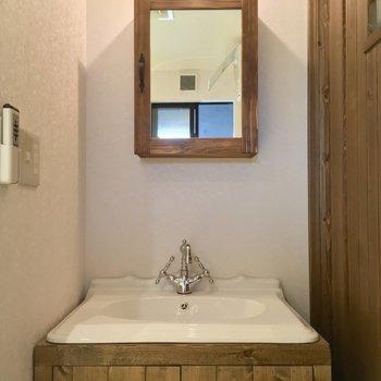トイレ正面にはこんな可愛らしい洗面台も!※写真は似た間取りの別部屋のものです