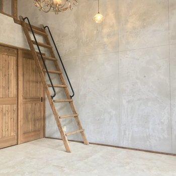 ロフトへはハシゴで。木の引き戸を開けると・・・※写真は似た間取りの別部屋のものです