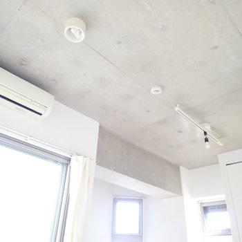コンクリートは無骨な感じはなく、ナチュラルにお部屋に馴染んでいます。